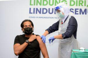 YB Khairy Jamaluddin bersama petugas petugas barisan hadapan menerima dos kedua vaksin Sinovac 1